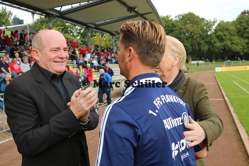 Der neue Trainer Colin Bell wird von Vorstandsvorsitzenden Bodo Adler begruesst, Manager Siegfried Dietrich applaudiert - 1. FFC Frankfurt vs. SG Essen-Schönebeck