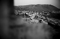 Il y a 11 églises syriaques à Mardin mais un seul prêtre. Chaque dimanche, la messe a lieu dans une église différente, en Araméen, en Arabe et en Turc. Photographier pendant la cérémonie est interdit. Les fidèles sont environs 350, répartis en 4 communautés, dont 5 familles arméniennes et 120 réfigiés syriens. Les premiers chrétiens assyriens seraient arrivés ici au V siècle, avant les arabo-musulmans, puis les kurdes, les mongols, les perses et enfin les Ottomans.<br /> <br /> There are 11 Syriac churches in Mardin but one priest. Every Sunday Mass is held in a different church in Aramaic, Arabic and Turkish. Photographed during the ceremony is prohibited. The faithful are around 350, divided into four communities, including five Armenian families and 120 réfigiés Syrians. The first Assyrian Christians have arrived here in the fifth century before the Muslim Arab and Kurdish, Mongolian, Persian, and finally the Ottomans.