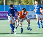 UTRECHT - Yannick van der Drift (Bldaal)  met Robbert Kemperman (Kampong)  tijdens   de hoofdklasse competitiewedstrijd mannen, Kampong-Bloemendaal (2-2) . COPYRIGHT   KOEN SUYK