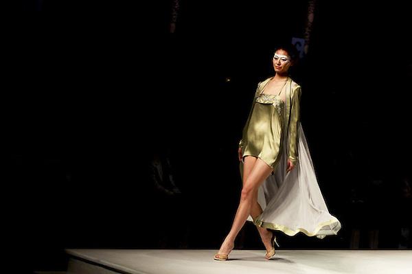 SMA008 PEKÍN (CHINA) 29/10/2012.- Una modelo presenta la creación de un estudiante graduado de la Colección Graduado ESMOD durante la Semana de la Moda de Pekín, en China, hoy lunes 29 de octubre de 2012. El escaparate de la moda chino se celebra entre el 24 de octubre y el 3 de noviembre. EFE/Diego Azubel