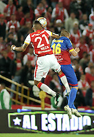 BOGOTA - COLOMBIA - 04-04-2015: Francisco Meza (Izq.) jugador de Independiente Santa Fe disputa el balón con Jorge Ramirez (DER.) jugador de Deportivo Pasto, durante partido por la fecha 13 entre Independiente Santa Fe y Deportivo Pasto de la Liga Aguila I-2015, en el estadio Nemesio Camacho El Campin de la ciudad de Bogota. / Francisco Meza (L) player of Independiente Santa Fe struggles for the ball with Jorge Ramirez (R) player of Deportivo Pasto, during a match of the 13 date between Independiente Santa Fe and Deportivo Pasto, for the Liga Aguila I -2015 at the Nemesio Camacho El Campin Stadium in Bogota city, Photo: VizzorImage / Luis Ramirez / Staff.