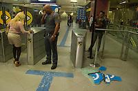 SAO PAULO, SP, 07.06.2013 - PROTESTO AUMENTO PREÇOS TRANSPORTE PÚBLICO SP - Novo protesto contra o aumento das passagens de ônibus, metrô e trens na Avenida Faria Lima, em São Paulo, nesta sexta-feira. Ontem, o Movimento Passe Livre promoveu uma manifestação com o mesmo tema na região central da cidade. O protesto, porém, acabou resultando em confronto e deixou um rastro de vandalismo em avenidas como a 23 de Maio, a Nove de Julho e Paulista. Com isso, 15 pessoas foram detidas. (Foto: Amauri Nehn / Brazil Photo Press).