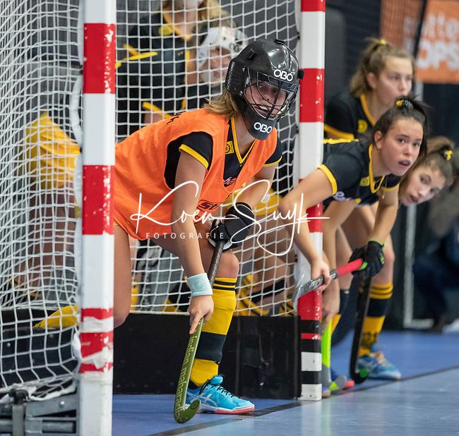 ROTTERDAM  - NK Zaalhockey .Kampong D1-Den Bosch D1 dames voor brons. strafcorner, vliegende keeper, keep, flying , keeper, goalie, penaltycorner, goal, helm, helmet, protection, protector,     COPYRIGHT KOEN SUYK
