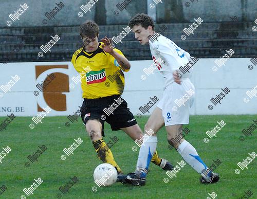 2008-04-05 / Voetbal / K.F.C. Zwarte Leeuw - Katelijne /  Vincent Dejongh van Zwarte Leeuw kan de pas van Wouter Moeys van Katelijne niet verhinderen..Foto: Maarten Straetemans (SMB)