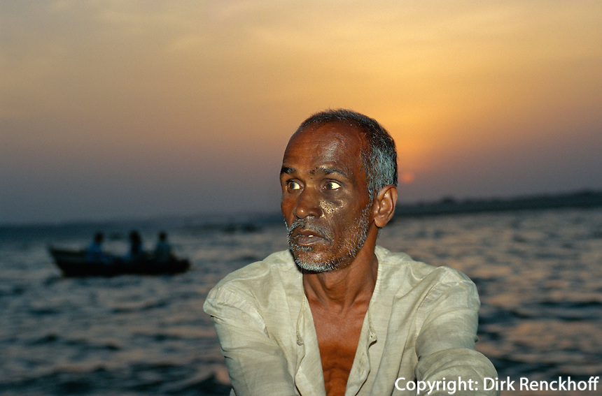 Bootsmann am Ganges, Varanasi (Uttar Pradesh), Indien