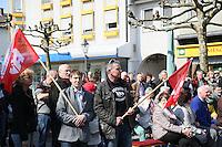 Gross-Gerau 01.05.2016: Maikundgebung des DGB-Ortsverein Gro&szlig;-Gerau, Sandb&ouml;hl<br /> Ren&eacute; und Bruno Walle schwenken ihre Fahnen inmitten der Zuh&ouml;rer auf dem Sandb&ouml;hl in Gro&szlig;-Gerau bei der Maikundgebung des DGB Ortsvereins<br /> Foto: Vollformat/Marc Sch&uuml;ler, Sch&auml;fergasse 5, 65428 R'eim, Fon 0151/11654988, Bankverbindung KSKGG BLZ. 50852553 , KTO. 16003352. Alle Honorare zzgl. 7% MwSt.