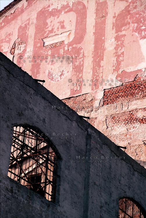 """Milano, quartiere bovisa, periferia nord. Vecchia fabbrica di saponi """"Sirio"""" in disuso (ora demolita) --- Milan, bovisa district, north periphery. Old disused soap factory """"Sirio"""" (now demolished)"""
