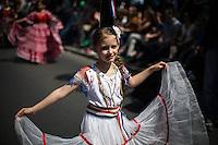 Berlin, Ein Teilnehmerin des traditionellen Strassenumzugs des Karnevals der Kulturen am Sonntag (19.05.13) in Berlin. Der Umzug bildet den Hoehepunkt eines viertaegigen Strassenfestes. Foto: Maja Hitij/CommonLens