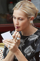 "She ain't no diva on set! Kelly Rutherford spotted applying lipstick without any help of the makeup artist while filming a scene of The CW's ""Gossip Girl"" in New York City, 17.08.2012. Credit: Rolf Mueller/face to face / Mediapunchinc ***online only for weekly magazines**** /NortePhoto.com<br />