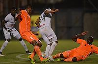 ENVIGADO -COLOMBIA-09-04-2015. Yilmar Angulo (Der)  y Juan Saiz (Izq) de Envigado FC disputa el balón con Raul Peñaranda (Der) de Once Caldas durante partido por la fecha 14 de la Liga Águila I 2015 realizado en el Polideportivo Sur de la ciudad de Envigado./ Yilmar Angulo (R) and Juan Saiz (L) of Envigado FC fights for the ball with Raul Peñaranda (C) of Once Caldas during match for the 14th date of the Aguila League I 2015 at Polideportivo Sur in Envigado city.  Photo: VizzorImage/León Monsalve/STR