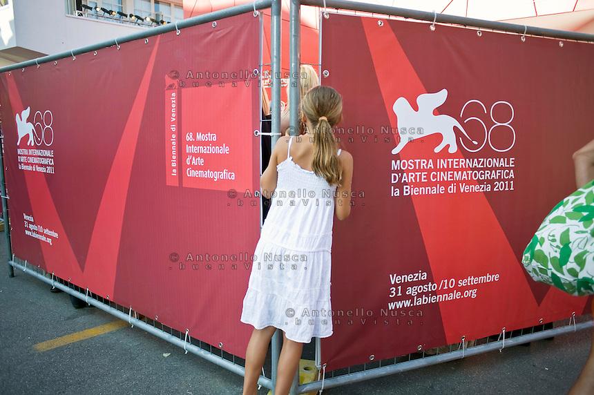 Una bambina sbircia nell'area vip del Palazzo del Cinema