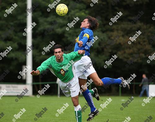 2007-09-09 / Voetbal / FC Ekeren - Vosselaar / Tom Gevers (Vosselaar) klimt hoger dan Michael Janssens van Ekeren
