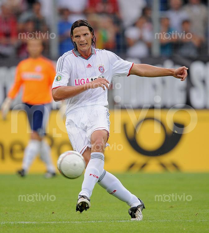 Fussball DFB Pokal 1. Runde   Saison   2009/2010   02.08.2009 Spvgg Neckarelz - FC Bayern Muenchen Daniel van Buyten (FCB) am Ball