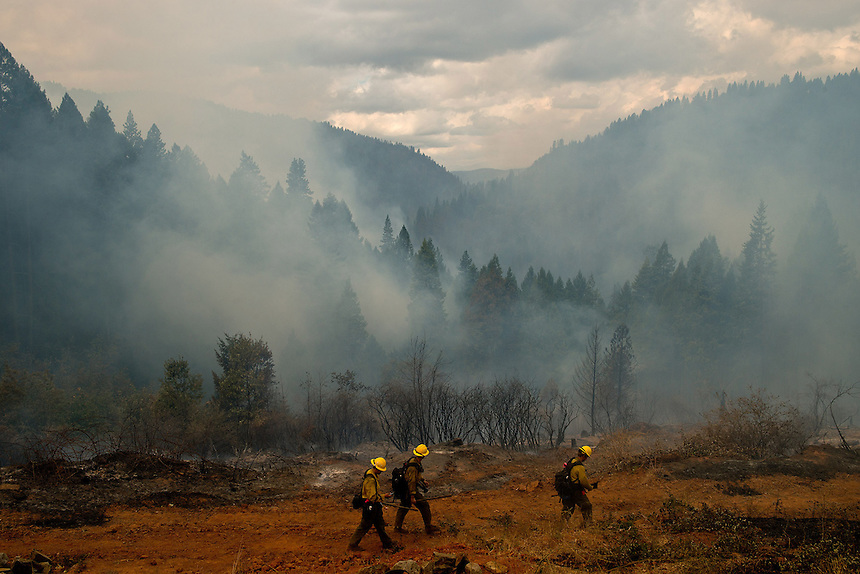US Forest Service firefighters survey the southern flank of the King Fire near the town of Pollock Pines, California, USA, on 18 September 2014. Fire crews around California fight 12 major fires across the state, including the King Fire, located 56 miles (90 kilometers) east of Sacramento, California, which more than doubled in size overnight to 70,994 acres (28,730 hectares) and 5% contained.