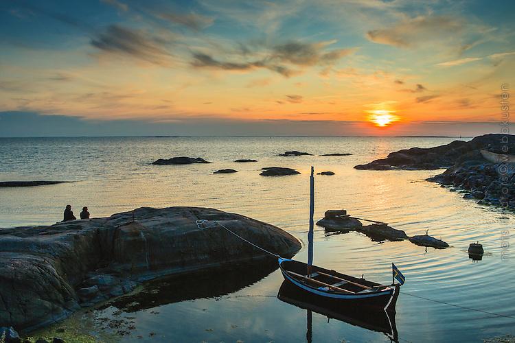 Människor och segelbåt vid Landsort i Stockholms skärgård. / Sailboat in Stockholms archipelago Sweden.