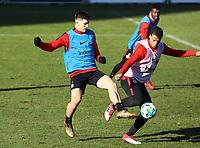 Luka Jovic (Eintracht Frankfurt) gegen Timothy Chandler (Eintracht Frankfurt) - 30.01.2018: Eintracht Frankfurt Training, Commerzbank Arena