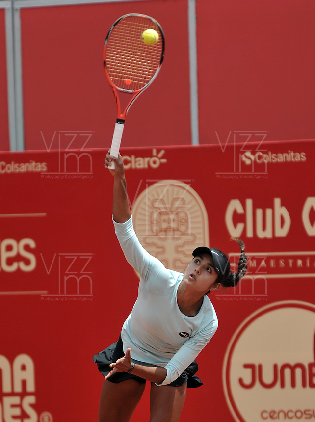 BOGOTA - COLOMBIA - 11-04-2016: Yuliana Lizarazo de Colombia, sirve a Sachia Veckery de Estados Unidos, durante partido por el Claro Colsanitas WTA, que se realiza en el Club El Rancho de Bogota. / Yuliana Lizarazo from Colombia serves to Sachia Veckery from United States, during a match for the WTA Open Claro Colsanitas, which takes place at Club El Rancho de Bogota. Photo: VizzorImage / Luis Ramirez / Staff