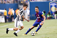 EAST RUTHERFORD, EUA, 22.07.2017 - JUVENTUS-BARCELONA - Sergio Busquet do Barcelona (ESP) disputa bola com Paulo Dybala  da Juventus (ITA) valido pela Internacional Champions Cup no MetLife Stadium na cidade de East Rutherford nos Estados Unidos neste sábado, 22. (Foto: William Volcov/Brazil Photo Press)