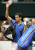 23-2-06, Netherlands, tennis, Rotterdam, ABNAMROWTT, Tim Henman leaves the court with pain in hios face after loosing to the young Djokovic
