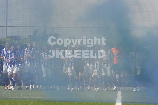 voetbal eerste training sc heerenveen 23 -06-2010 spelers in rookgordijn tijdens warming up
