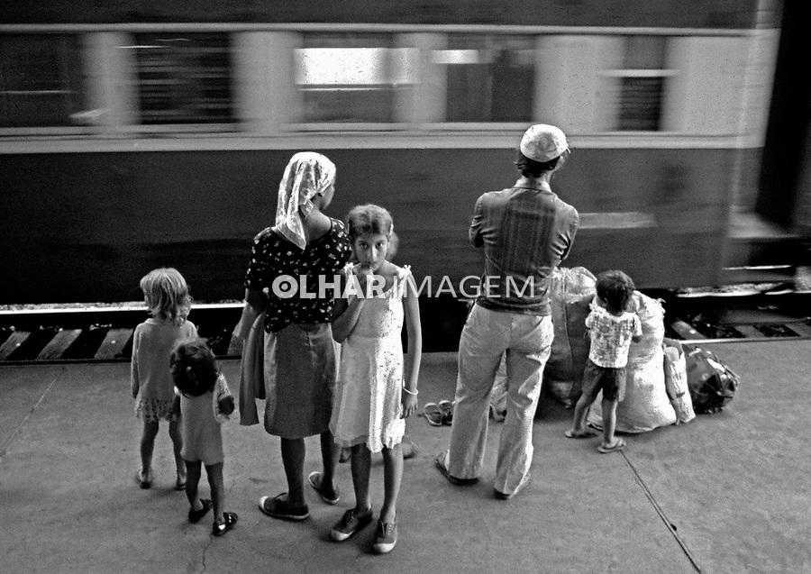 Familia em exodo rural na estaçao ferroviaria de Maringa. Parana. 1975. Foto de João Urban.