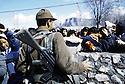 Turquie 1991.Les réfugiés kurdes sur la frontière: soldat face a la foule.Turkey 19991.Kurdish refugees on the border: soldier facing the crowd