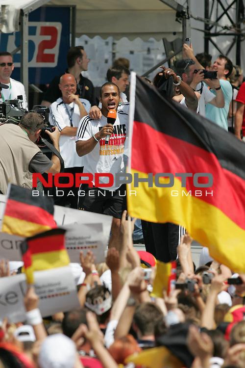 FIFA WM 2006 - Feature Fanmeile Berlin<br /> Verabschiedung der Deutschen Nationalmannschaft.<br /> Supporters from Germany celebrate the german national team (David Odonkor) at Brandenburger Tor in Berlin after the World Cup.<br /> Foto &copy; nordphoto