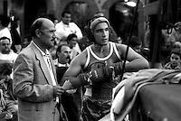 Roma  .Incontro  di boxe dilettanti.Un pugile si prepara per l'incontro nella piazza di Colonna, riunione organizzata dall' A.S. Colonna di Peppe  D'Ambrosi