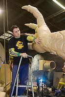 Europe/France/Provence-Alpes-Côte d'Azur/06/Alpes-Maritimes/Nice: Cédric Pignataro  Carnavalier à la   La Maison du Carnaval - Atelier de fabrication des chars