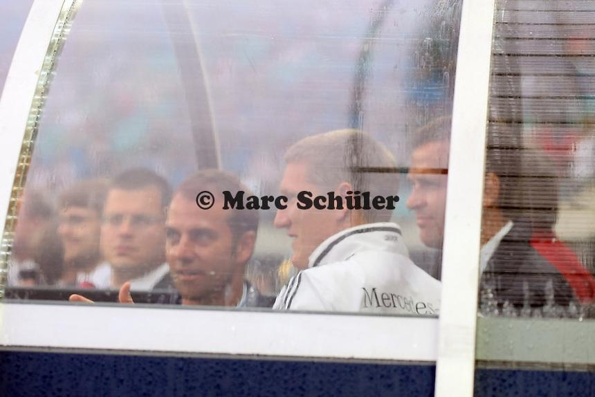 Bastian Schweinsteiger im Spielertunnel mit Co-Trainer Hansi Flick und Teammanager Oliver Bierhoff