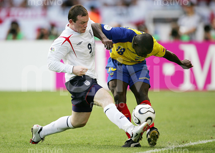 Fussball WM 2006   Achtelfinale   England - Ecuador Wayne ROONEY (li, ENG) gegen Neicer REASCO (re, ECU)
