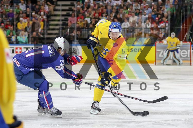 Schwedens Ahnelov, Jonas (Nr.51) im Zweikampf mit Frankreichs Roussel, Antoine (Nr.21)  im Spiel IIHF WC15 Frankreich vs. Schweden.<br /> <br /> Foto &copy; P-I-X.org *** Foto ist honorarpflichtig! *** Auf Anfrage in hoeherer Qualitaet/Aufloesung. Belegexemplar erbeten. Veroeffentlichung ausschliesslich fuer journalistisch-publizistische Zwecke. For editorial use only.