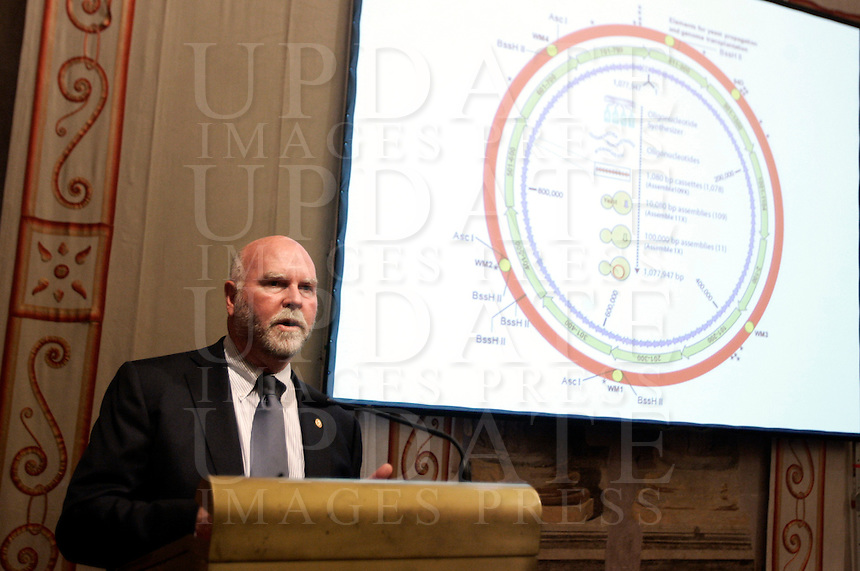 Il biologo statunitense Craig Venter tiene una conferenza per illustrare le sue recenti scoperte sulla creazione del primo organismo sintetico, a Palazzo Giustiniani, Roma, 21 luglio 2010..U.S. biologist Craig Venter gives a conference to explain his discoveries on the creation of the first sinthetic organism, in Rome, 21 july 2010..UPDATE IMAGES PRESS/Riccardo De Luca