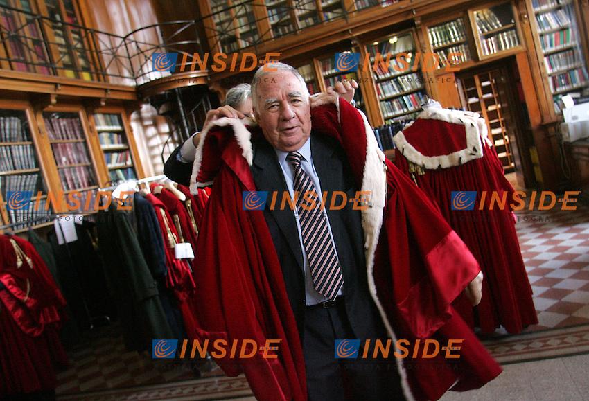 Un giudice indossa la toga nella sala della vestizione<br /> A judge wearing the gown in the dressing room<br /> Roma 29/01/2010 Inaugurazione dell'Anno Giudiziario alla Corte di Cassazione.<br /> Opening of the Judicial Year.<br /> Photo Samantha Zucchi Insidefoto