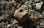 Foto: VidiPhoto<br /> <br /> ROMAGNE &ndash; Bij de Slag om Verdun in 1916 tijdens de Eerste Wereldoorlog, is er zoveel oorlogsmaterieel achtergebleven, dat de akkers en bossen er nu nog mee bezaaid liggen. Dat trekt jaarlijks tienduizenden verzamelaars naar de voormalige oorlogsvelden, onder wie opmerkelijk veel Nederlanders. Officieel is het verboden oorlogsrestanten op te graven of te zoeken, mede vanwege ontploffingsgevaar. Wie betrapt wordt kan een boete krijgen van 7200 euro. Volgens de Nederlandse museumeigenaar Jean-Paul de Vries van museum Romagne &rsquo;14-&rsquo;18, wordt er &ldquo;goudgeld&rdquo; betaald voor bijzondere vondsten. Een puntgave Duitse helm uit de eerste periode van de &ldquo;Great War&rdquo;, zoals de Eerste Wereldoorlog internationaal bekend staat, &lsquo;doet&rsquo; al snel 1250 euro. Zelf zoekt hij al 42 jaar naar bodemvondsten met toestemming van grondeigenaren. Een deel daarvan wordt verkocht en een ander deel wordt in zijn museum ge&euml;xposeerd. Het laatste jaar krijgt hij veel -illegale- concurrentie van Polen, die verwachten snel rijk te worden. Dit jaar trekt Verdun en omgeving meer bezoekers dan ooit. In november is het namelijk precies 100 jaar geleden dat de wapenstilstand werd getekend tussen de geallieerden (Triple Entente) en de Centrale Mogendheden. De Eerste Wereldoorlog eiste 8,5 miljoen levens.