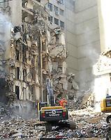 RIO DE JANEIRO, RJ, 26 DE JANEIRO DE 2012 - DESABAMENTO PREDIO RIO DE JANEIRO - Vista na tarde de hoje (26) do local onde ocorreu o desabamento de três prédios na região da Avenida Treze de Maio, no centro do Rio de Janeiro, na noite de ontem, 25. Um dos prédios que ruiu tem cerca de 20 andares, o outro, 10, e o terceiro, 4. Segundo o Corpo de Bombeiros, antes do desabamento teria havido uma explosão, mas isso não foi confirmado. Há pelo menos cinco feridos, dos quais quatro foram encaminhados ao Hospital Souza Aguiar. As equipes de busca retiraram ao menos dois corpos dos escombros. Os trabalhos continuam em dois pontos principais, indicados pelos quatro cães farejadores que ajudam nas buscas. FOTO: RONALDO BRANDAO - NEWS FREE.
