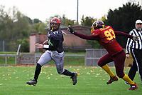 Quarterback Jimmy Sheppard (Old Stars) entkommt dem Verteidiger der Crusaders