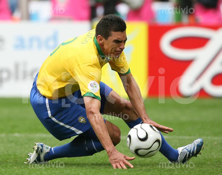 Fussball WM 2006  Achtelfinale   Brasilien - Ghana LUCIO (BRA) am Ball