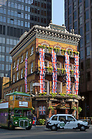 United Kingdom, London: The Albert pub decorated with Union Jacks along Victoria Street | Grossbritannien, England, London: The Albert pub in der Victoria Street dekoriert mit Union Jacks