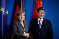 Der Staatspr&auml;sident der Volksrepublik China, Xi Jinping und Bundeskanzlerin Angela Merkel (CDU) geben sich am Freitag (28.03.14) in Berlin nach einer Pressekonferenz die Hand.<br /> Foto:Axel Schmidt/CommonLens