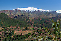 Morocco, High Atlas, view over the High Atlas mountains from Tizi-n-Tichka passroad | Marokko, Hoher Atlas, Tizi-n-Tichka Passstrasse: Blick auf die schneebedeckten Gipfel des Hohen Atlas Gebirges
