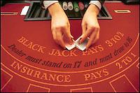 casinò, black jack. Le mani del croupier mescolano il mazzo di carte