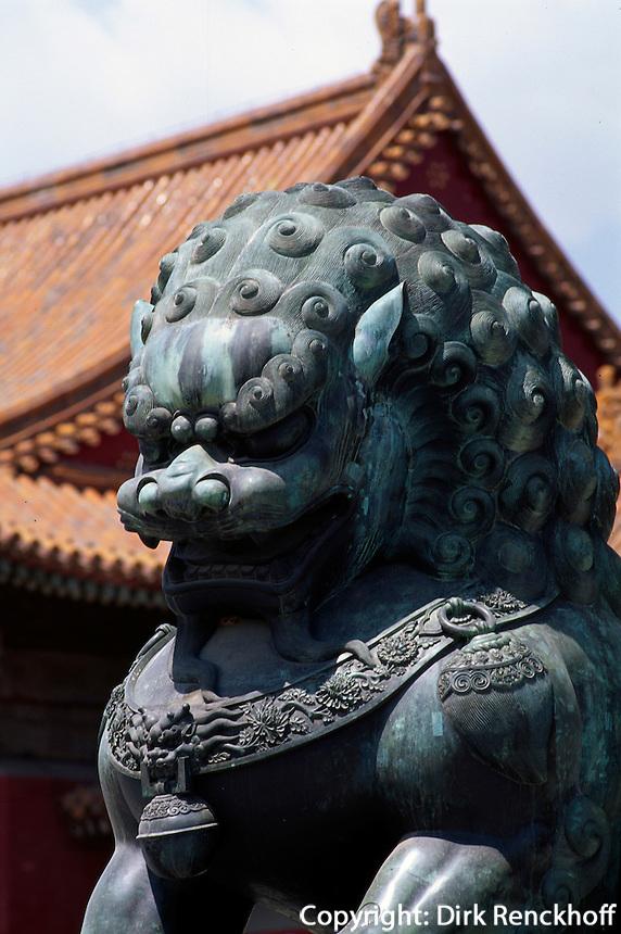 Löwe vor Tor der höchsten Harmonie, Kaiserpalast (Gugong, Verbotene Stadt), Peking,  China, Unesco-Weltkulturerbe
