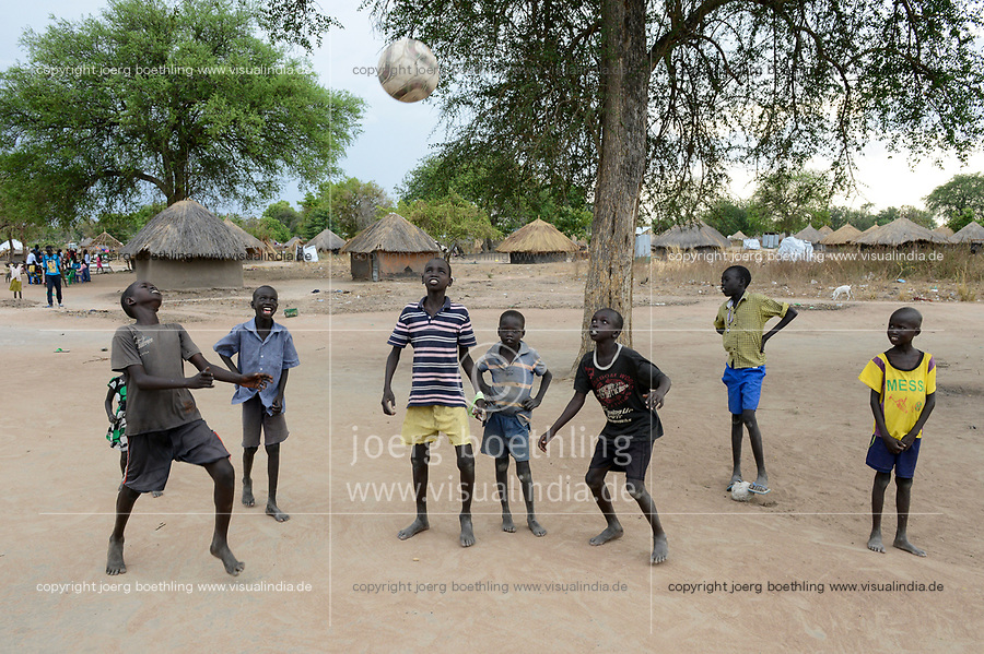 UGANDA, Arua, south sudanese refugees in Rhino camp refugee settlement / suedsudanesische Fluechtlinge im Fluechtlingslager Rhino Camp, Kinder spilen Fussball