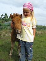 Mädchen, Kind mit ihrem Shetland-Pony, Shetland - Pony