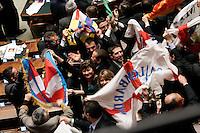 LA LEGA FESTEGGIA TIRANDO FUORI DELLE BANDIERE. berlusconi in mezzo ai deputati leghisti.Roma 02/03/2011 Camera Voto di Fiducia sul Federalismo..Photo zucchi Insidefoto