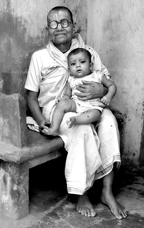 12.2003 Puri (Orissa)<br /> <br /> Old woman with young child in her arms.<br /> <br /> Vieille femme avec un enfant dans les bras.