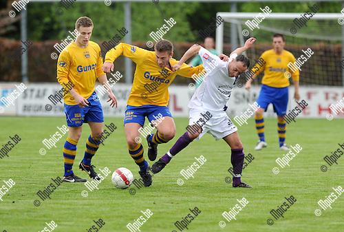 2012-05-10 / Voetbal / seizoen 2011-2012 / Eindronde / Heikant - Wijnegem / Sam de Bie (L, Wijnegem) met Rachide Yachou..Foto: Mpics.be