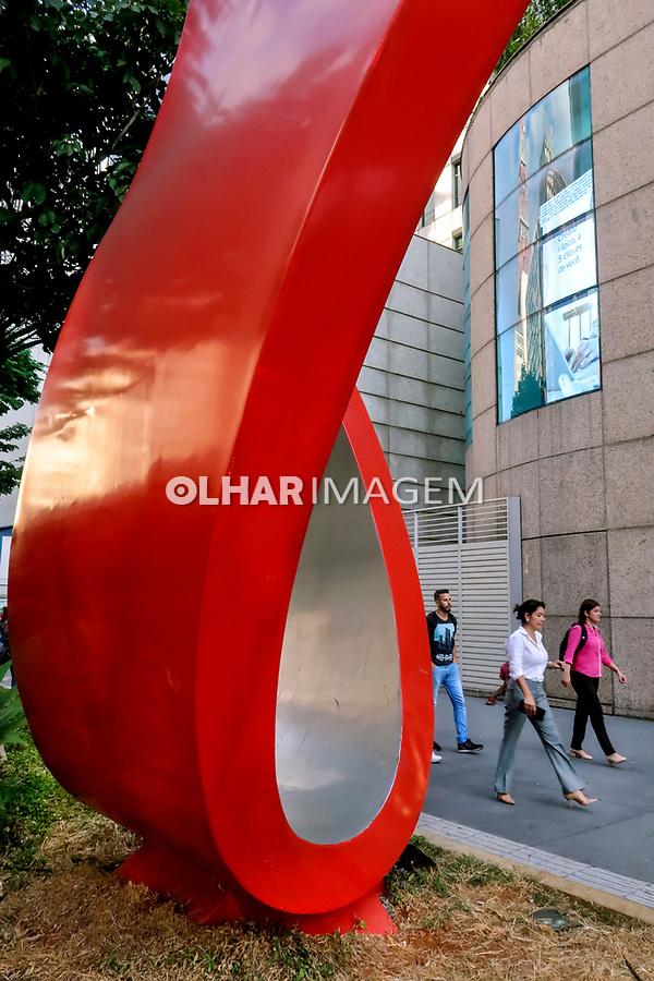 Predio e escultura, Avenida Paulista, Sao Paulo. 2018. Foto de Juca Martins.