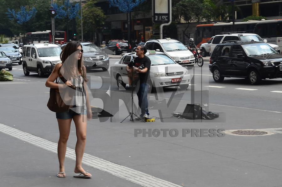 ATENCAO EDITOR: FOTO EMBARGADA PARA VEICULOS INTERNACIONAIS. SAO PAULO, SP, 05 DE DEZEMBRO DE 2012 - Paulistano vive tarde quente e ensolarada na Avenida Paulista, regiao central da capital, nesta quarta feira, 05. FOTO: ALEXANDRE MOREIRA - BRAZIL PHOTO PRESS.